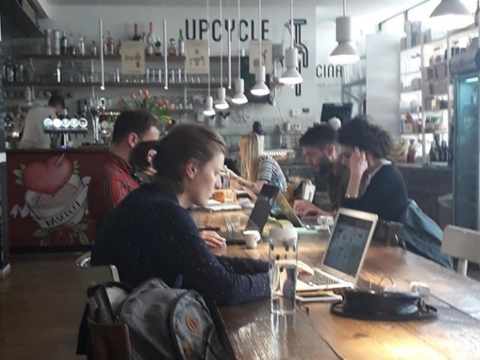 Smart working in un bar di Milano